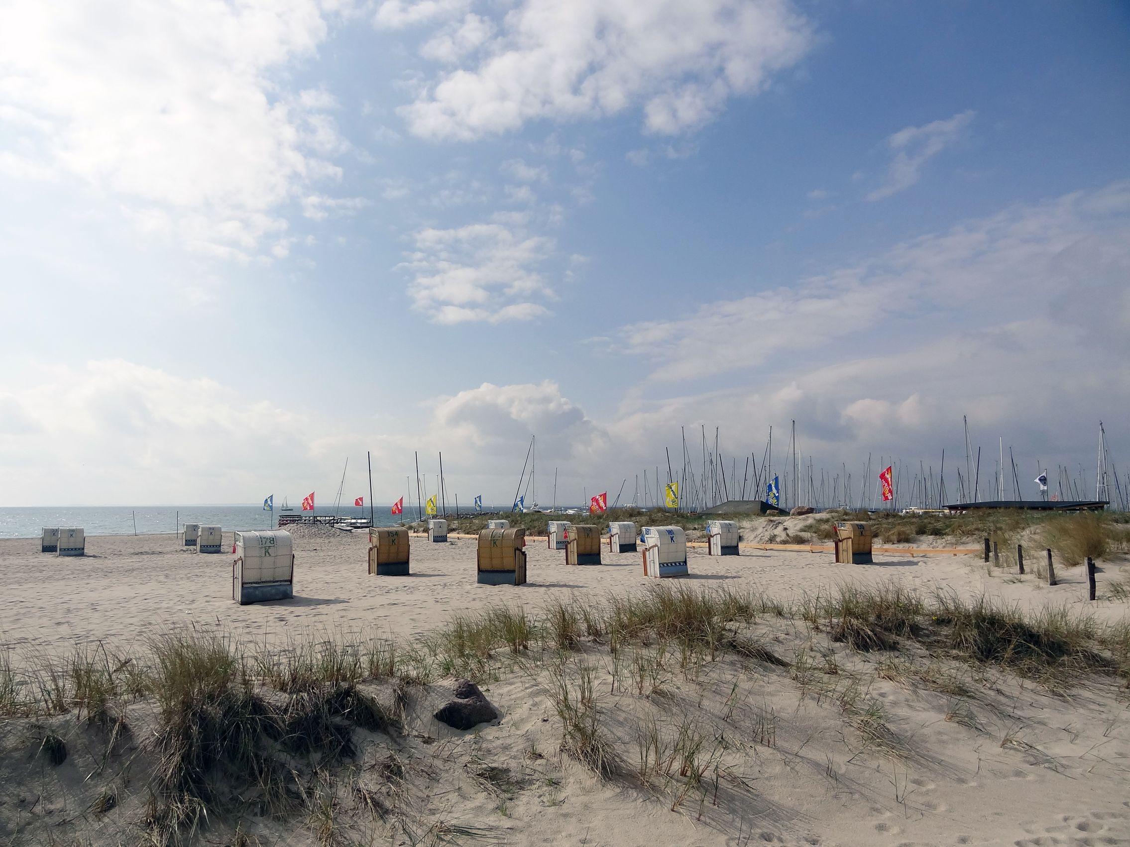 Strand von Grömitz mit Yachthafen