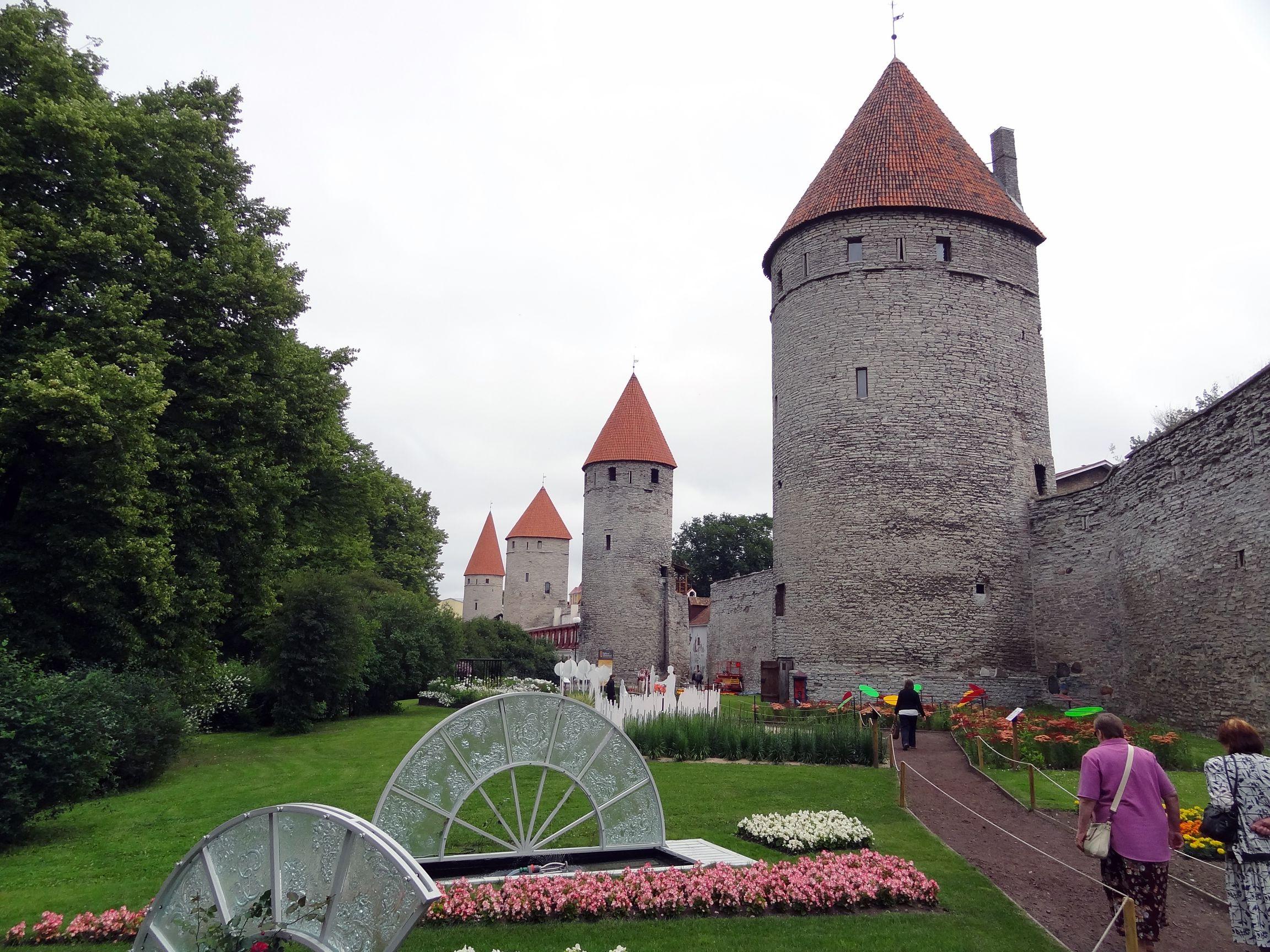 Stadtmauer mit Blumenausstellung