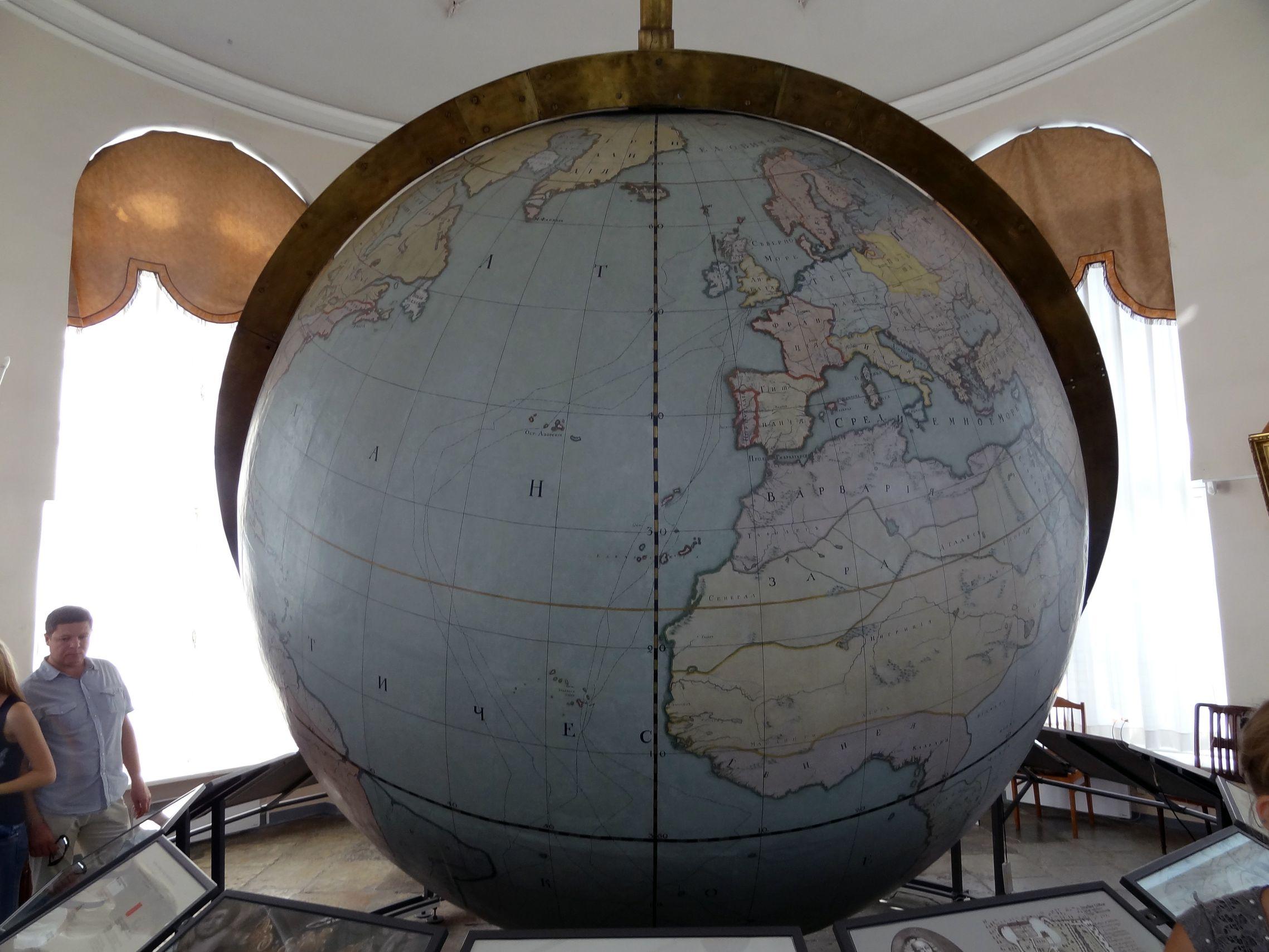 Begehbarer Globus in der Kunstkammer