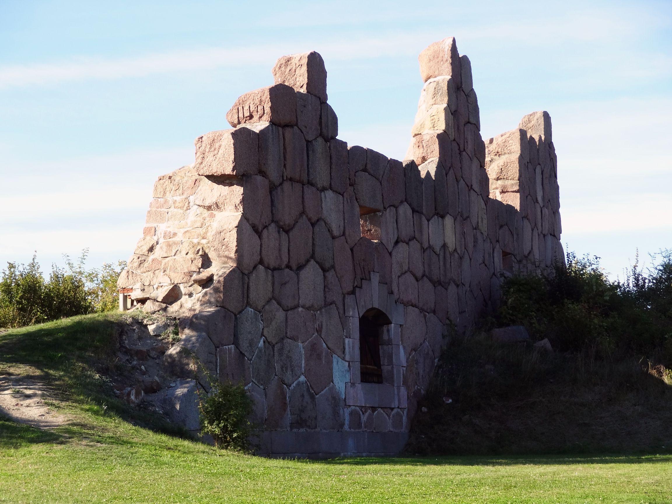 Reste der Bomarsundfestung aus Backstein udn Granit