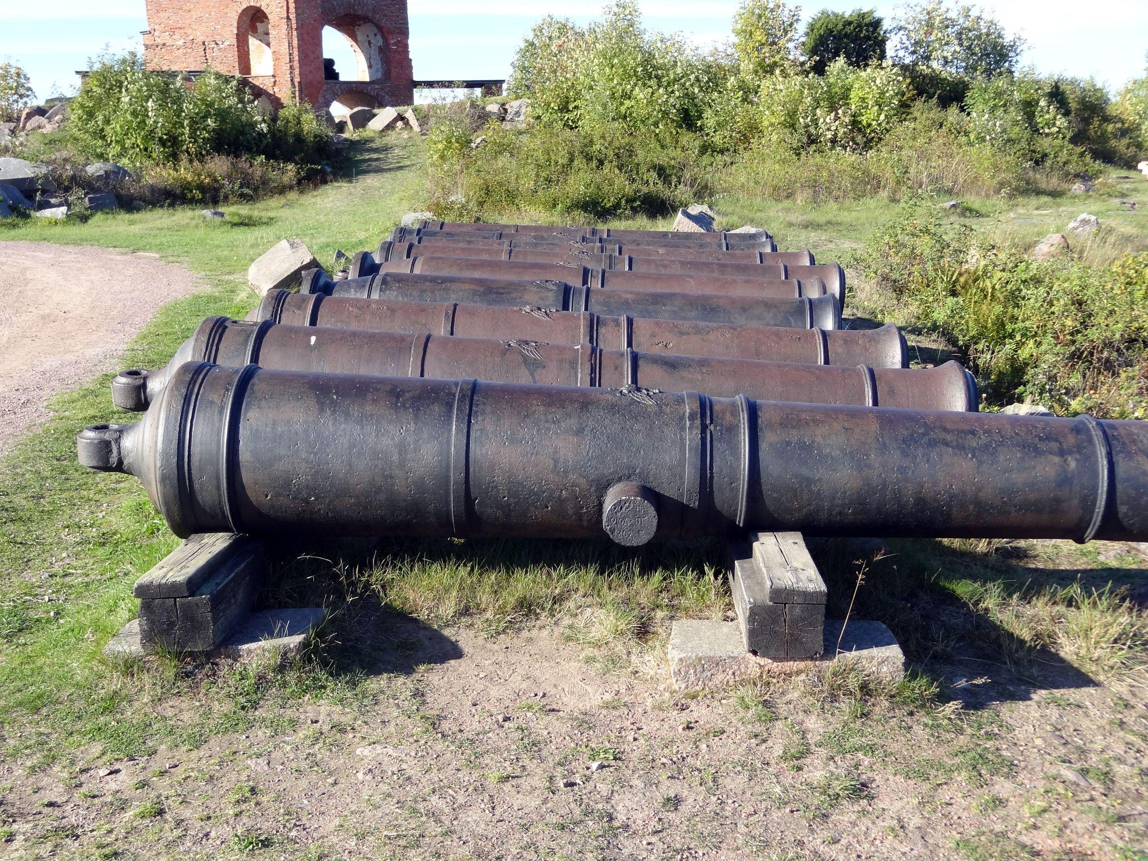 Alte Kanonen, aus den Trümmern ausgegraben