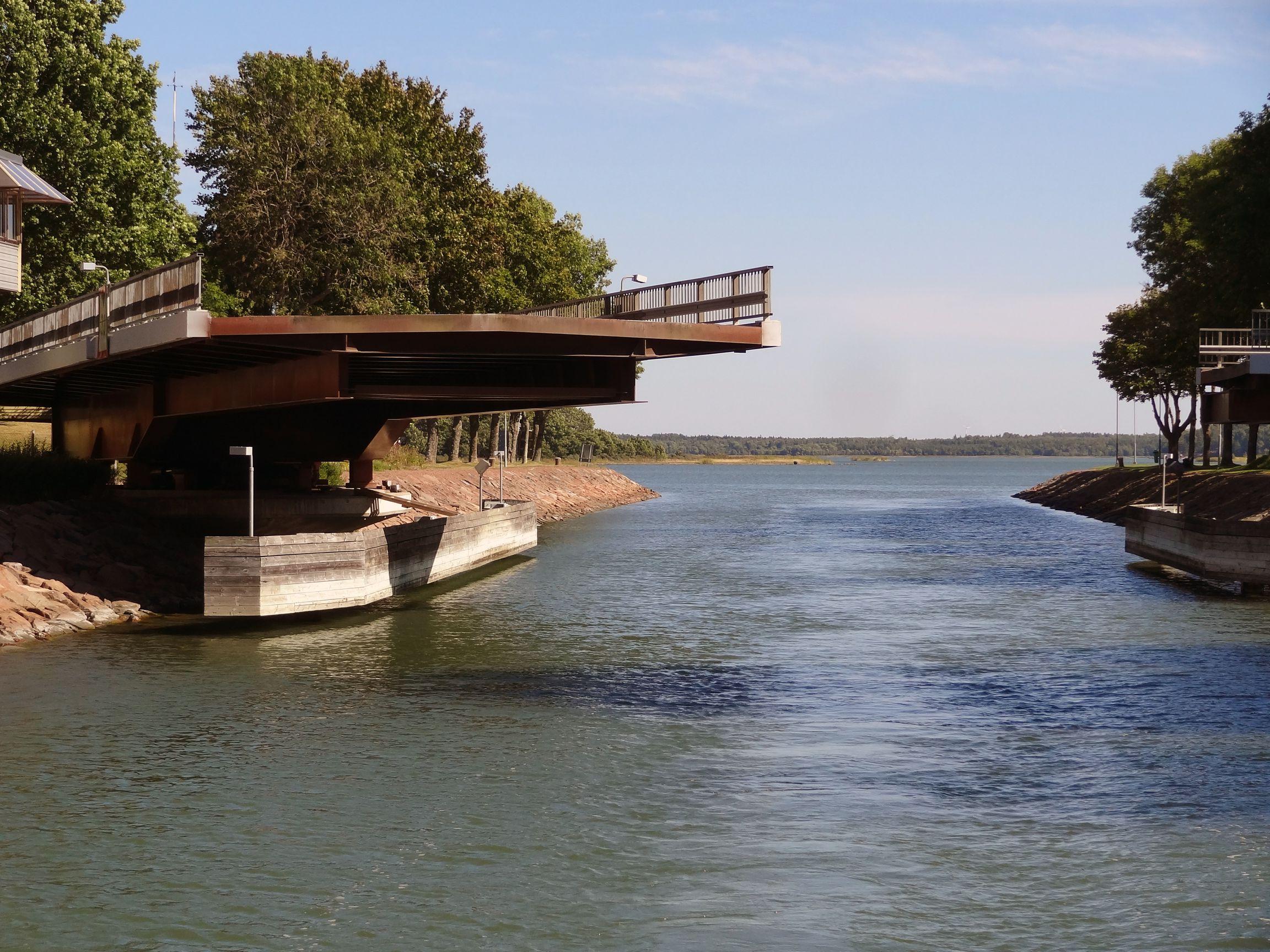 Kaum durch .... schon schließt sich die Brücke wieder