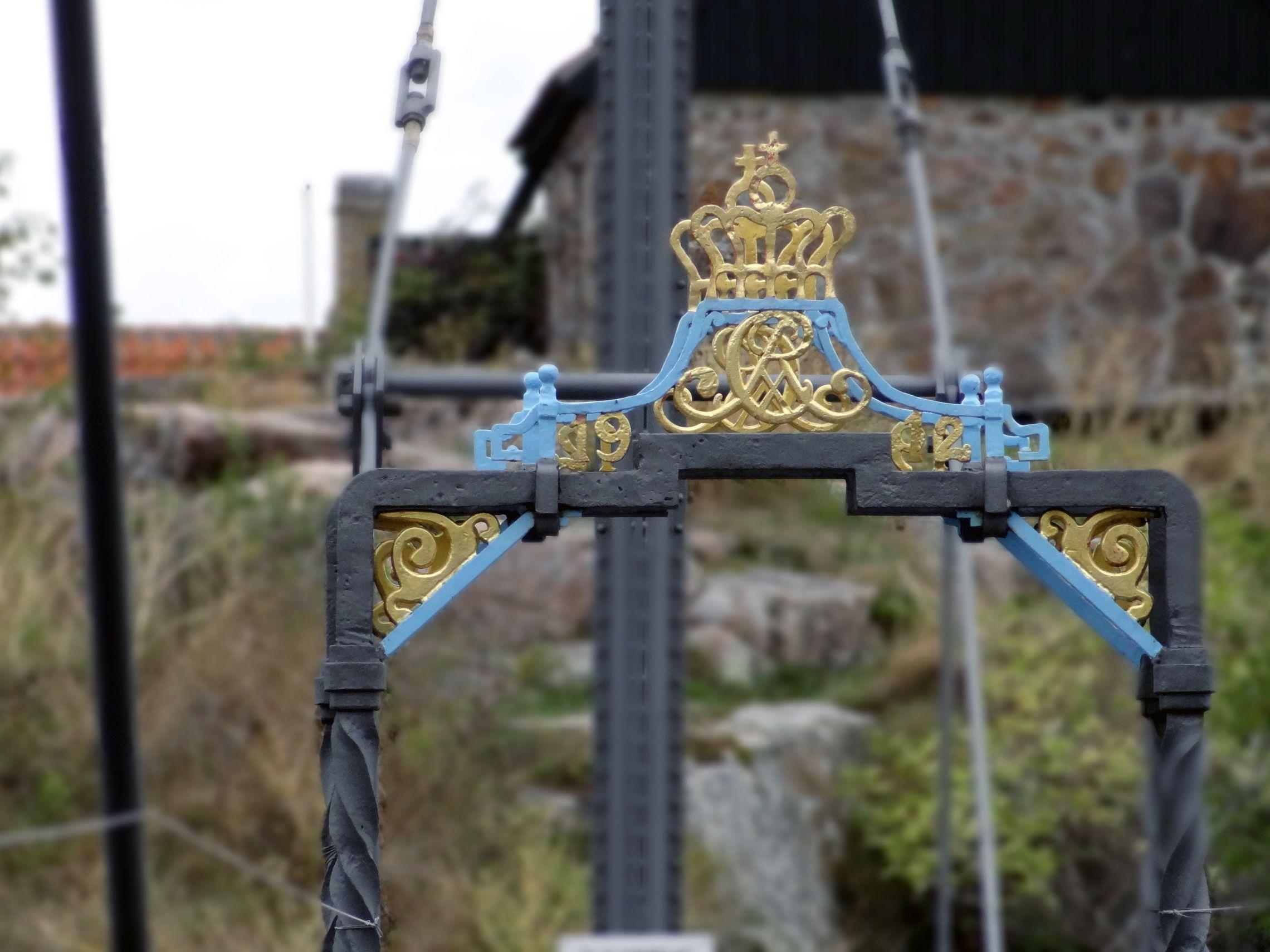 Königliches Wappen auf der Brücke zwischen den Inseln