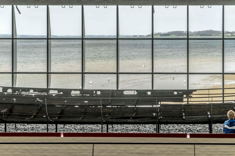 Im Wikingermuseum mit Blick auf den Roskildefjord