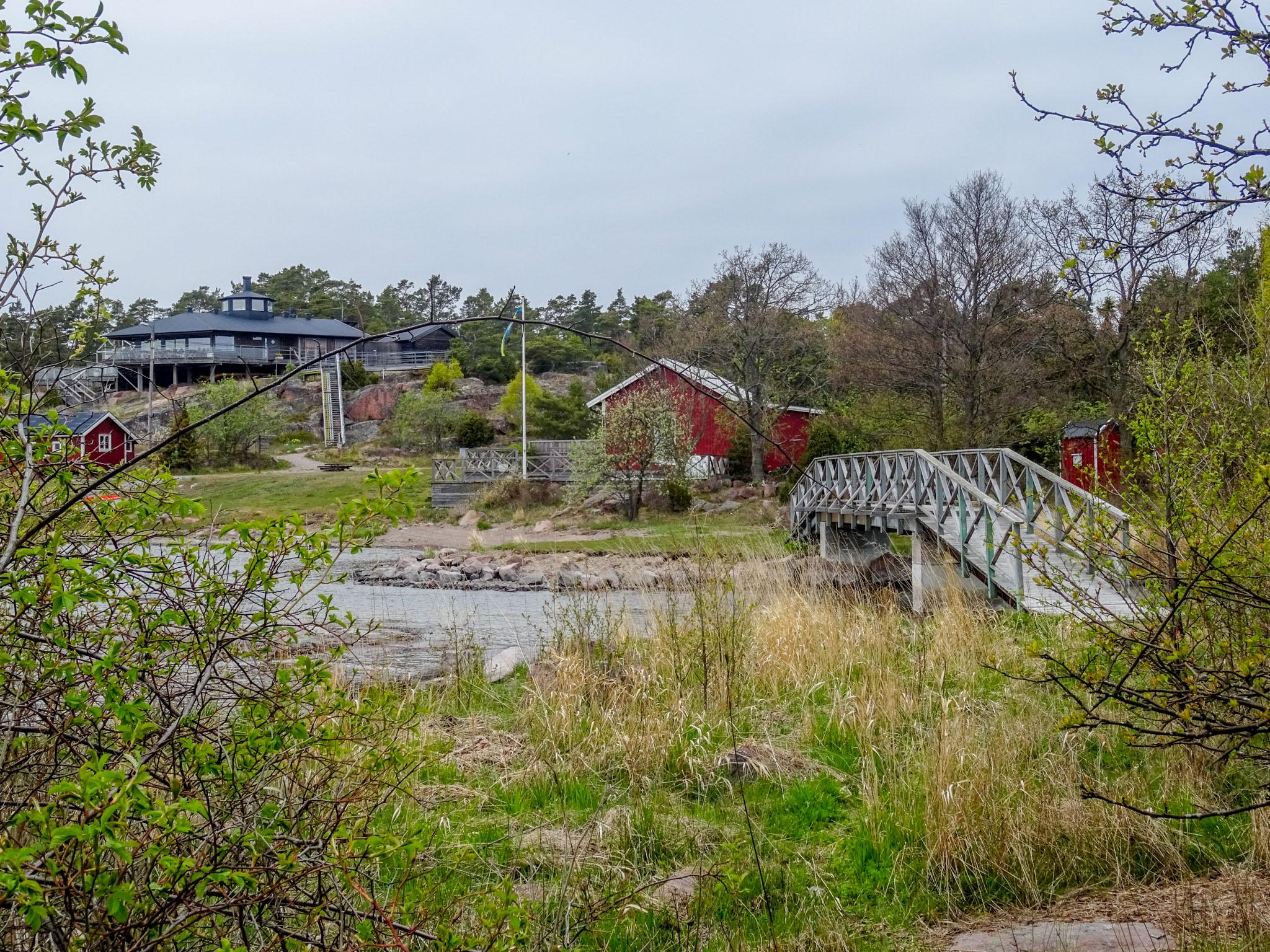 Hafen mit Brücke zur Nachbarinsel
