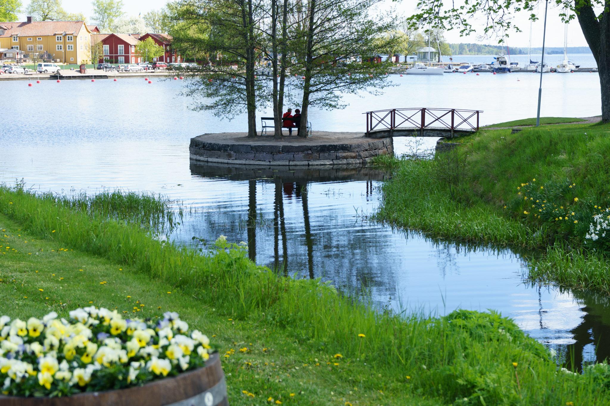 Schlosspark mit Blick auf den Hafen