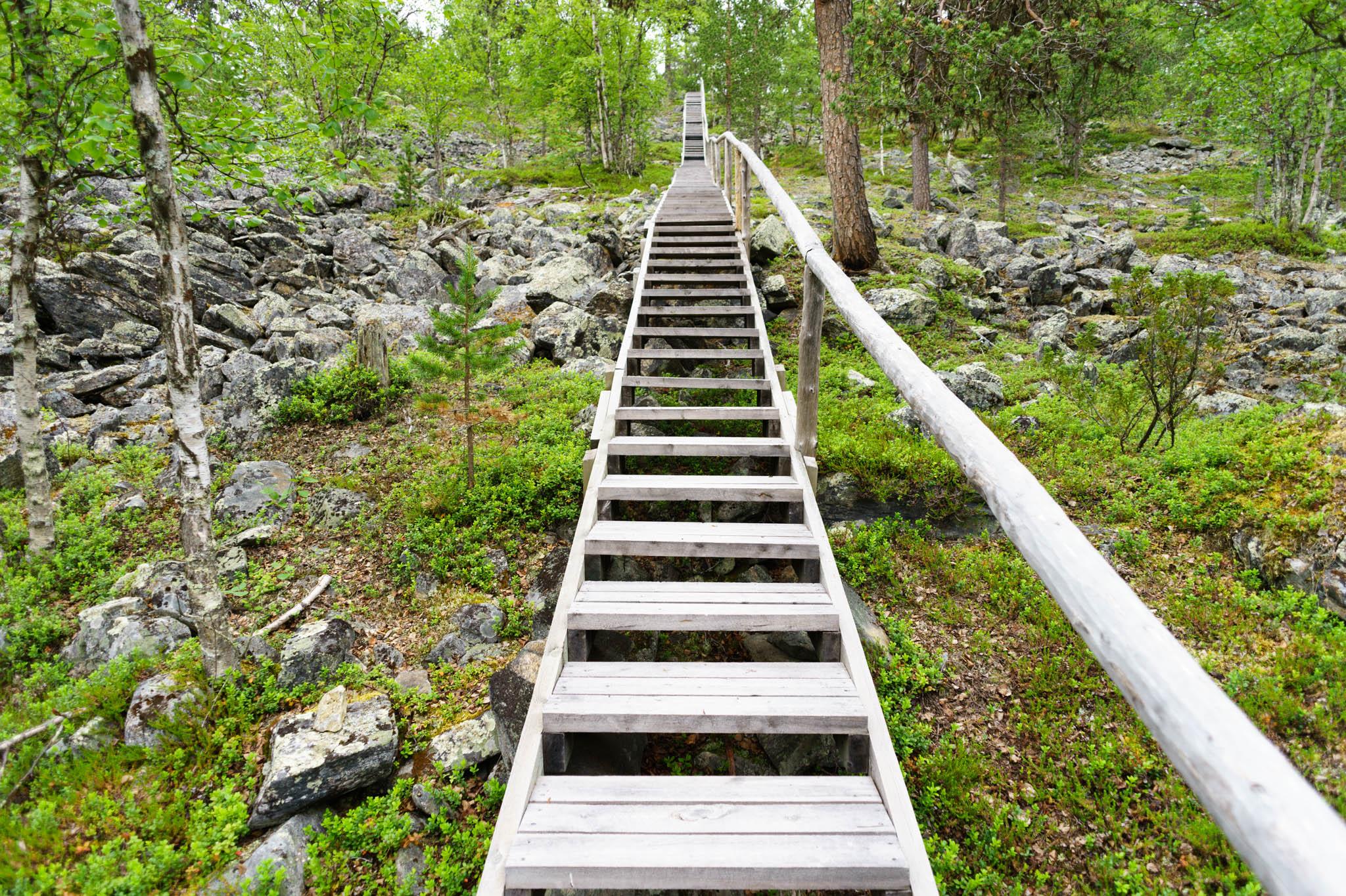Treppe aufwärts auf den Berg Salisvaari