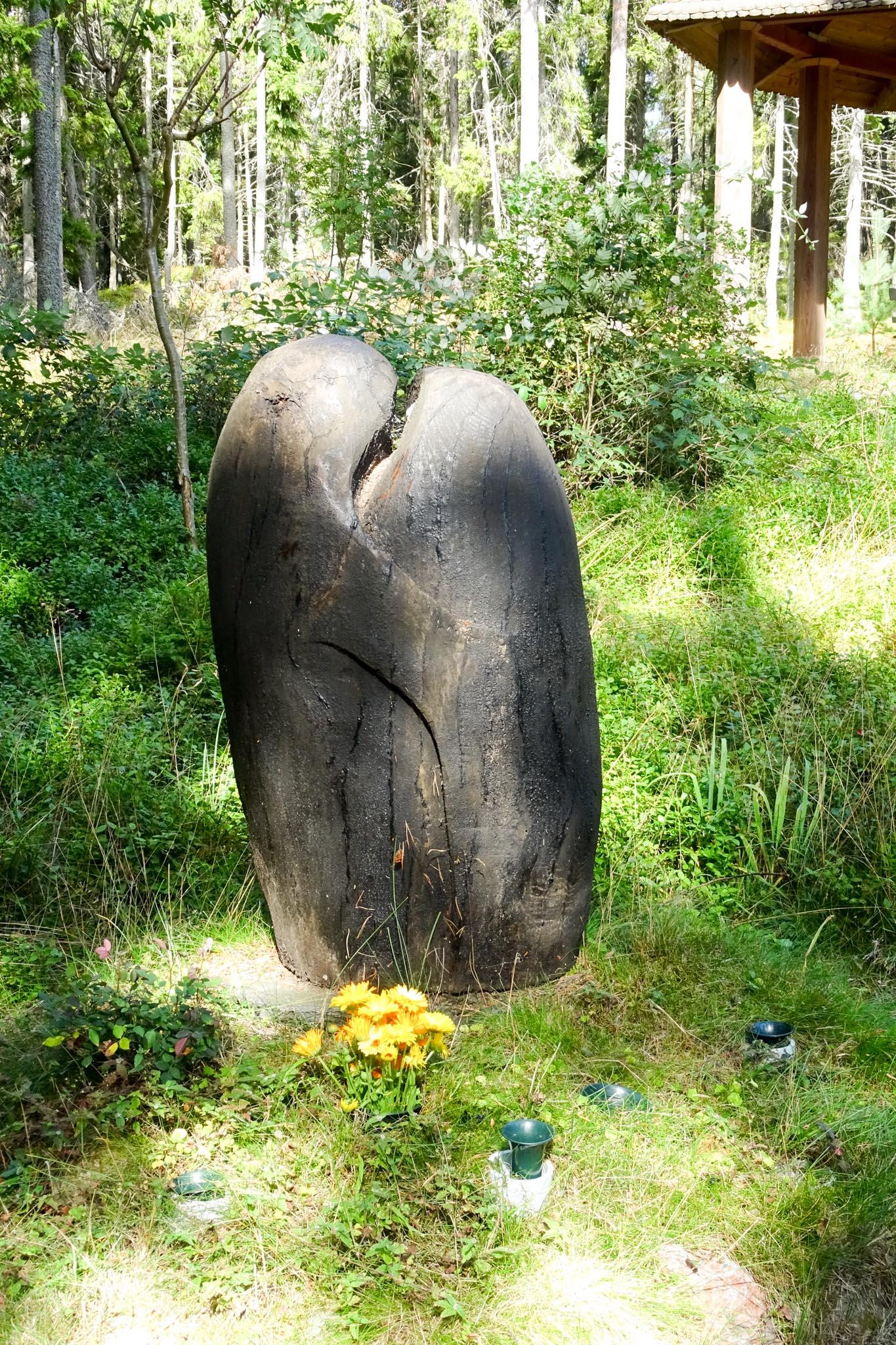 Skulptur aus einem alten Baumstamm