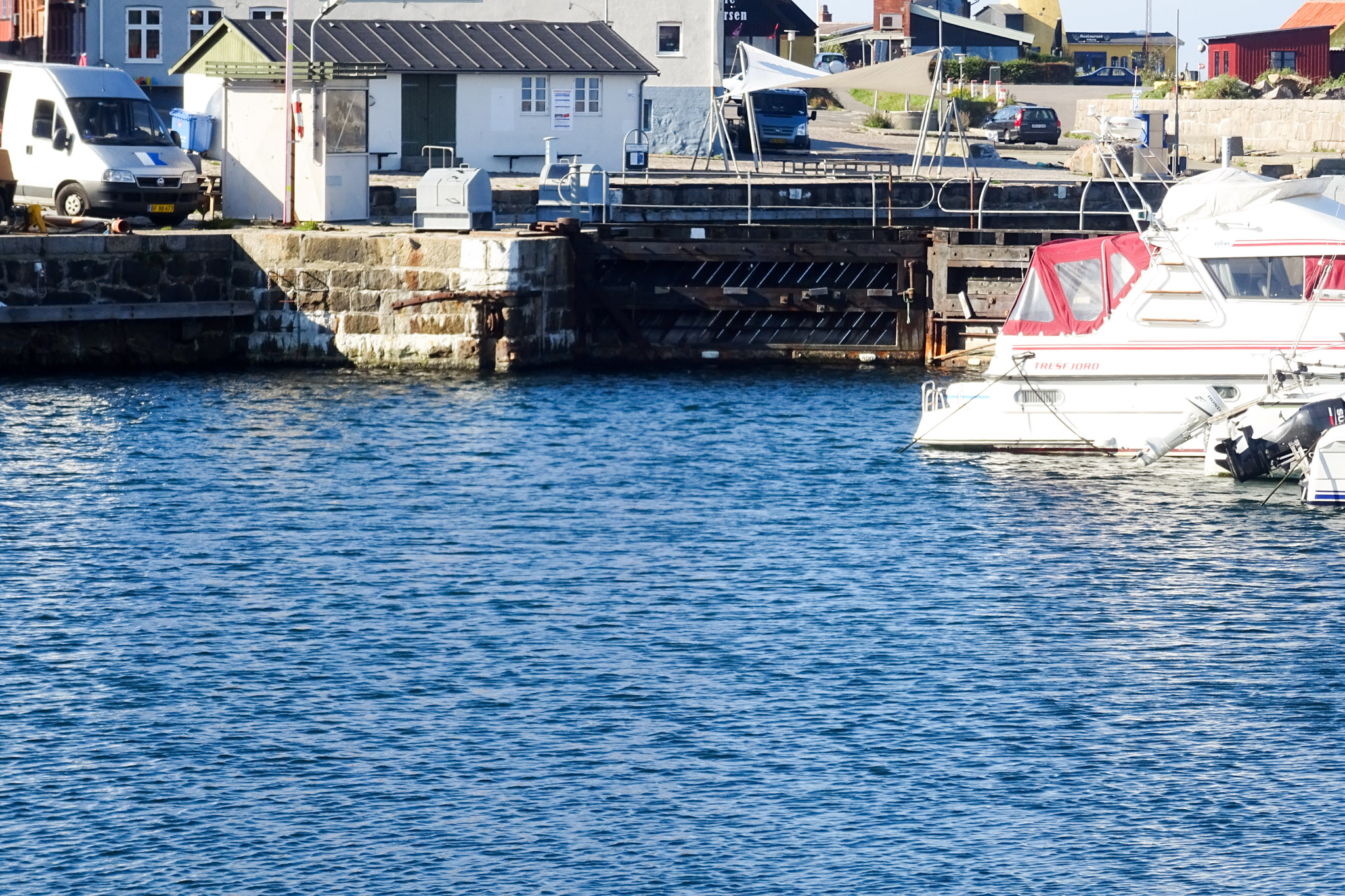 Geschlossene Tore im Hafen