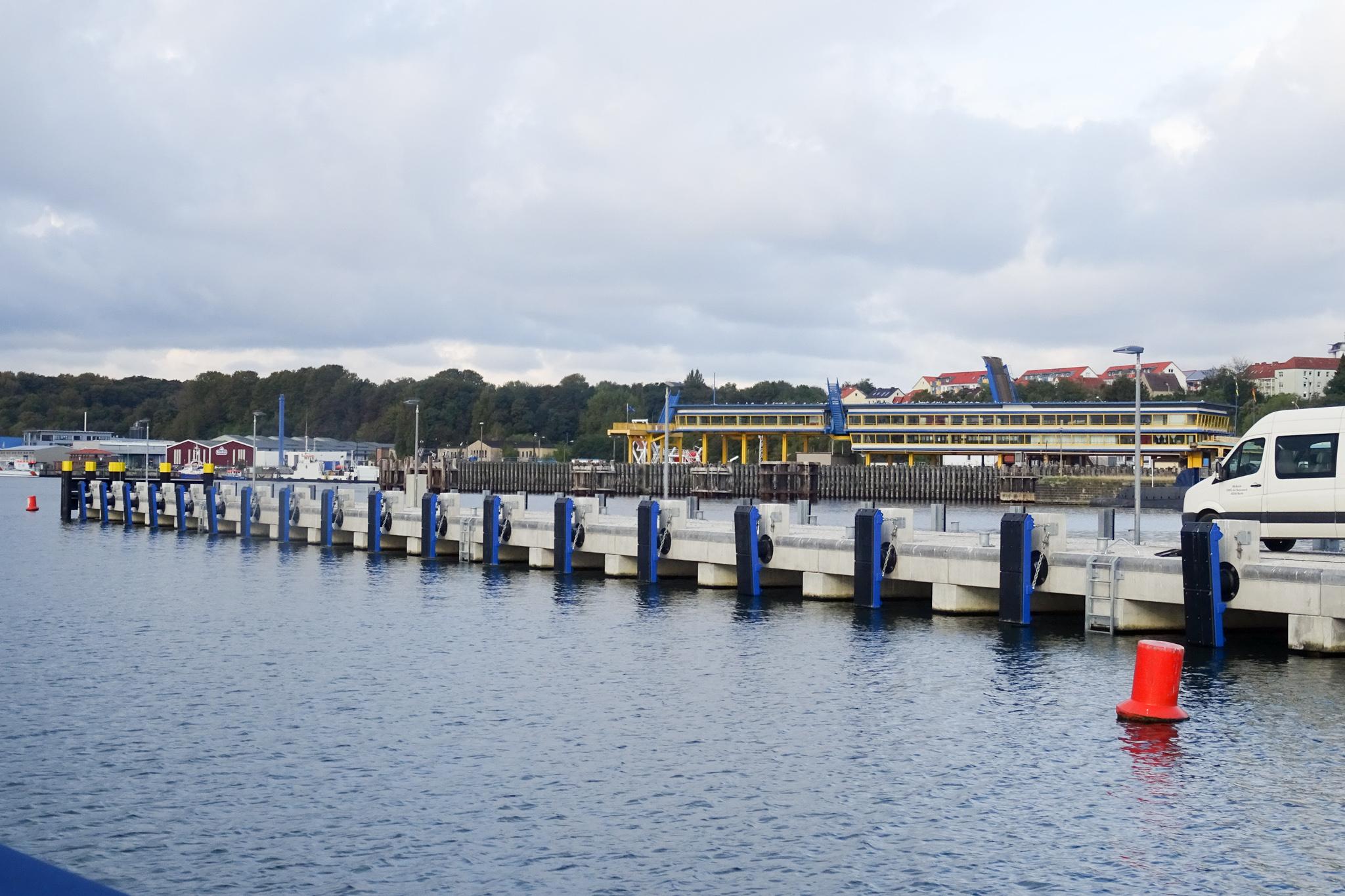 Das ist die unbeleuchtete Mole im Hafen von Sassnitz  ...