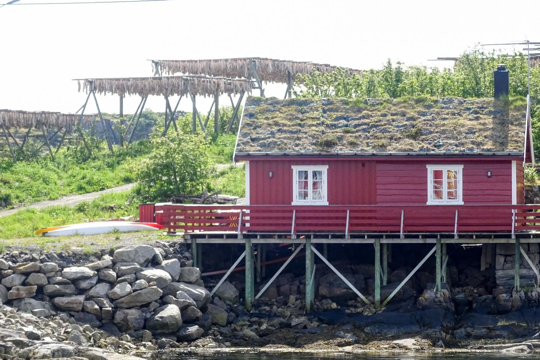 Altes Fischerhaus mit Trockengestell