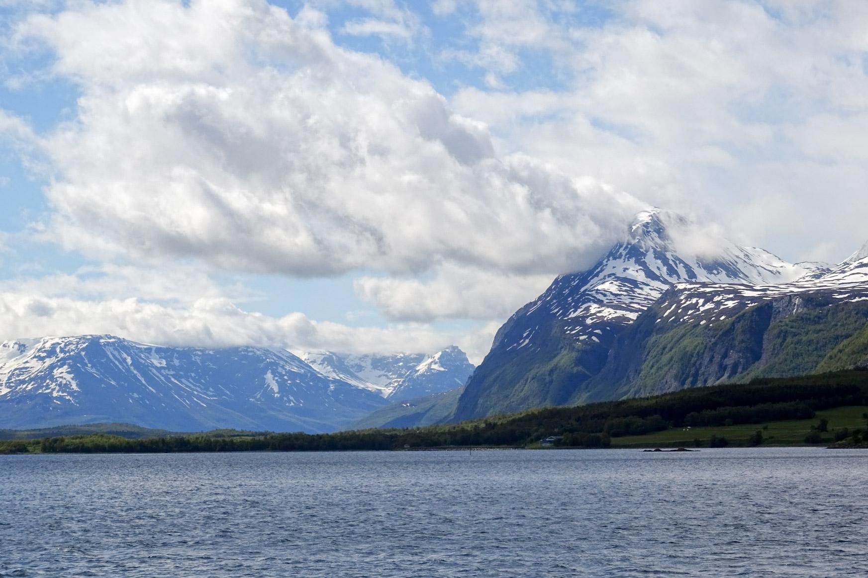 Sonne und blauer Himmel nur im Süden des Lyngenfjords
