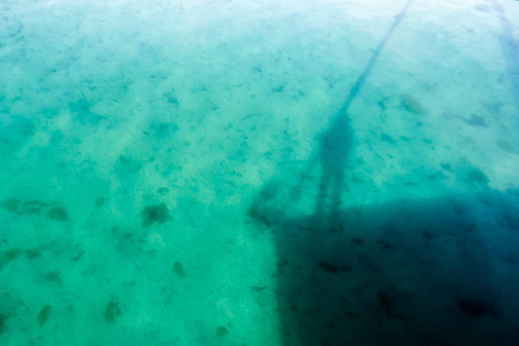 Glasklares Wasser in der Marina