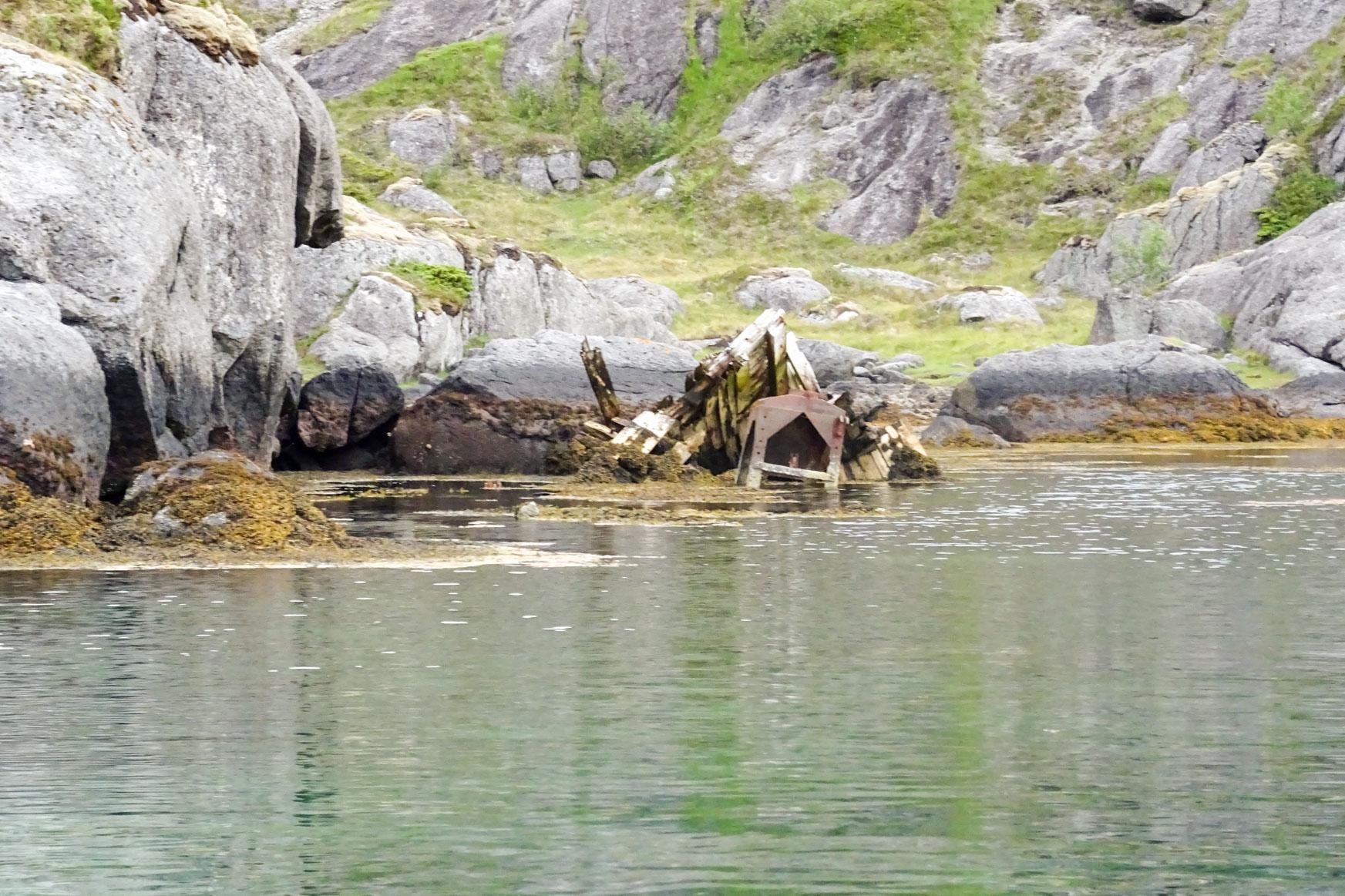 Reste eines Holzschiffes in der Bucht hinter uns