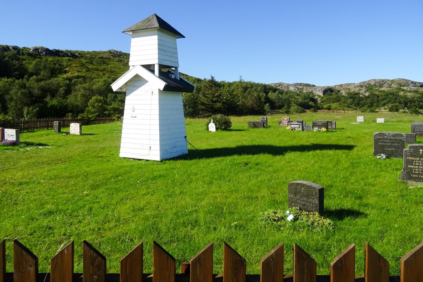 Glockenturm und Friedhof auf Bliksvaer