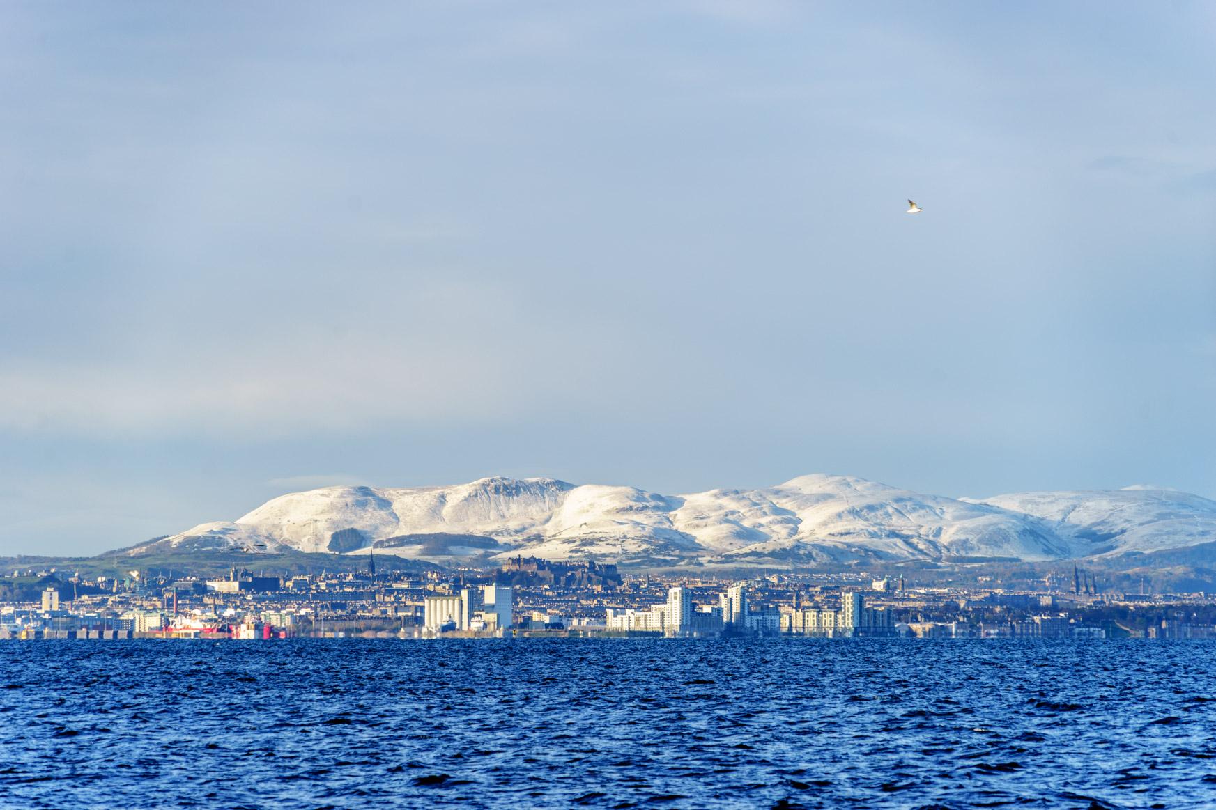 Schnee auf den Bergen rund Edinburgh