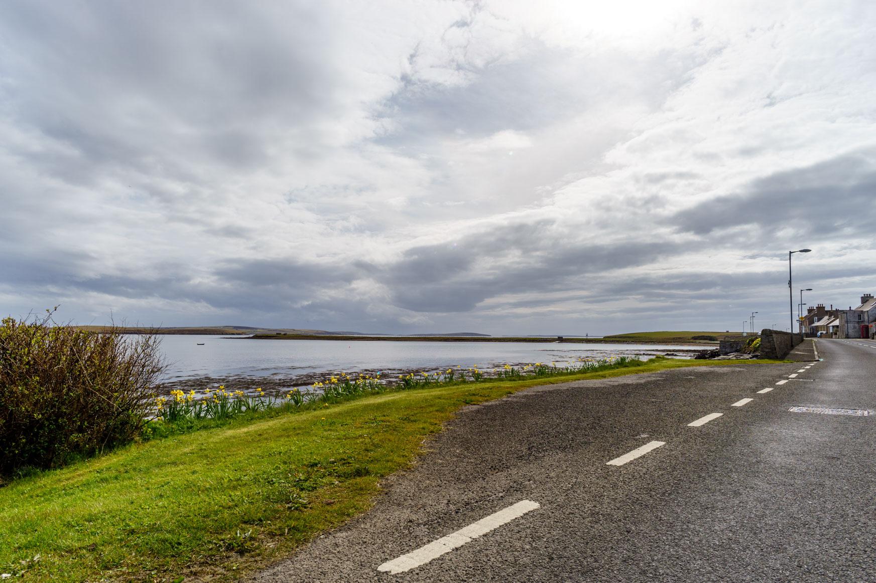 Warten auf den Bus mit schöner Aussicht in die Scapa Flow