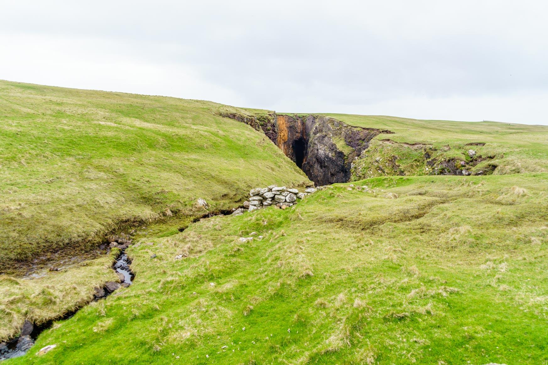 Eingestürzte Höhle mitten auf dem Plateau