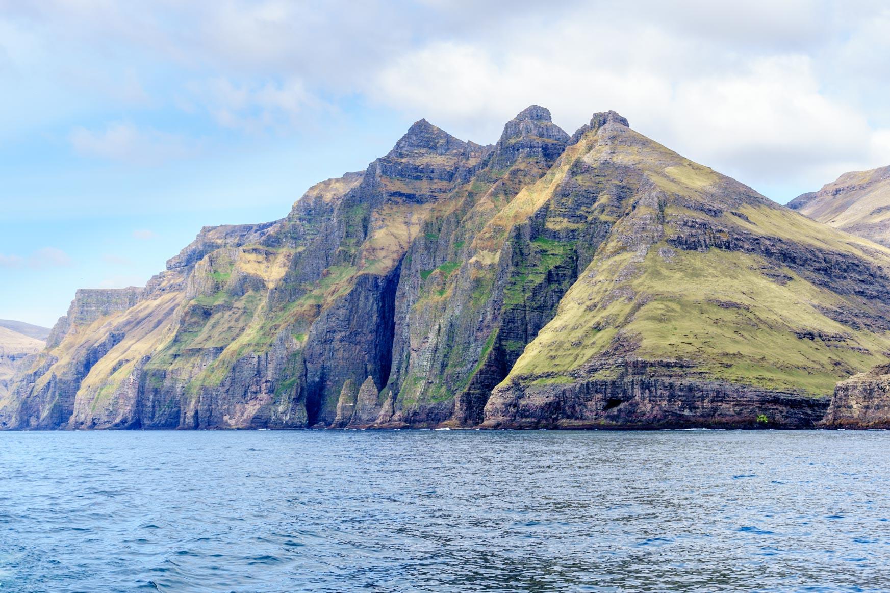 Hier sind die Höhlen, Felsnadeln und tiefen Buchten