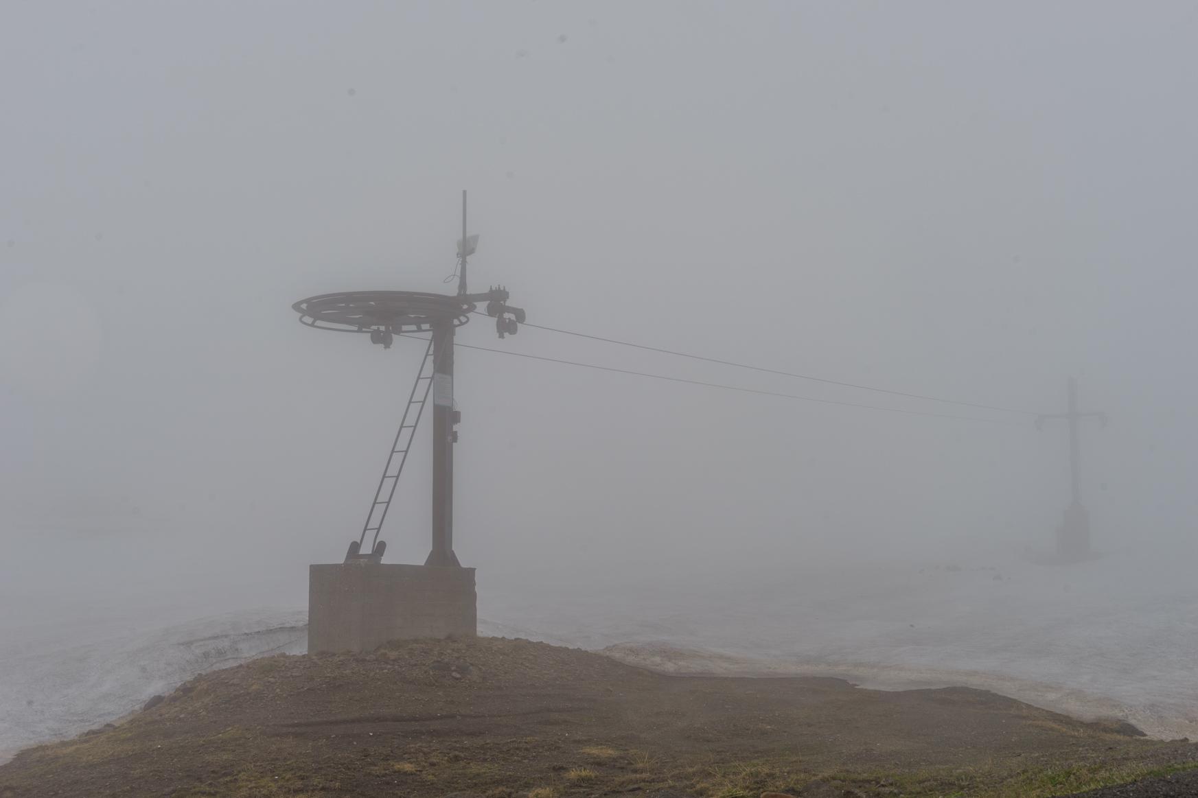 Einsamer Lift im Nebel