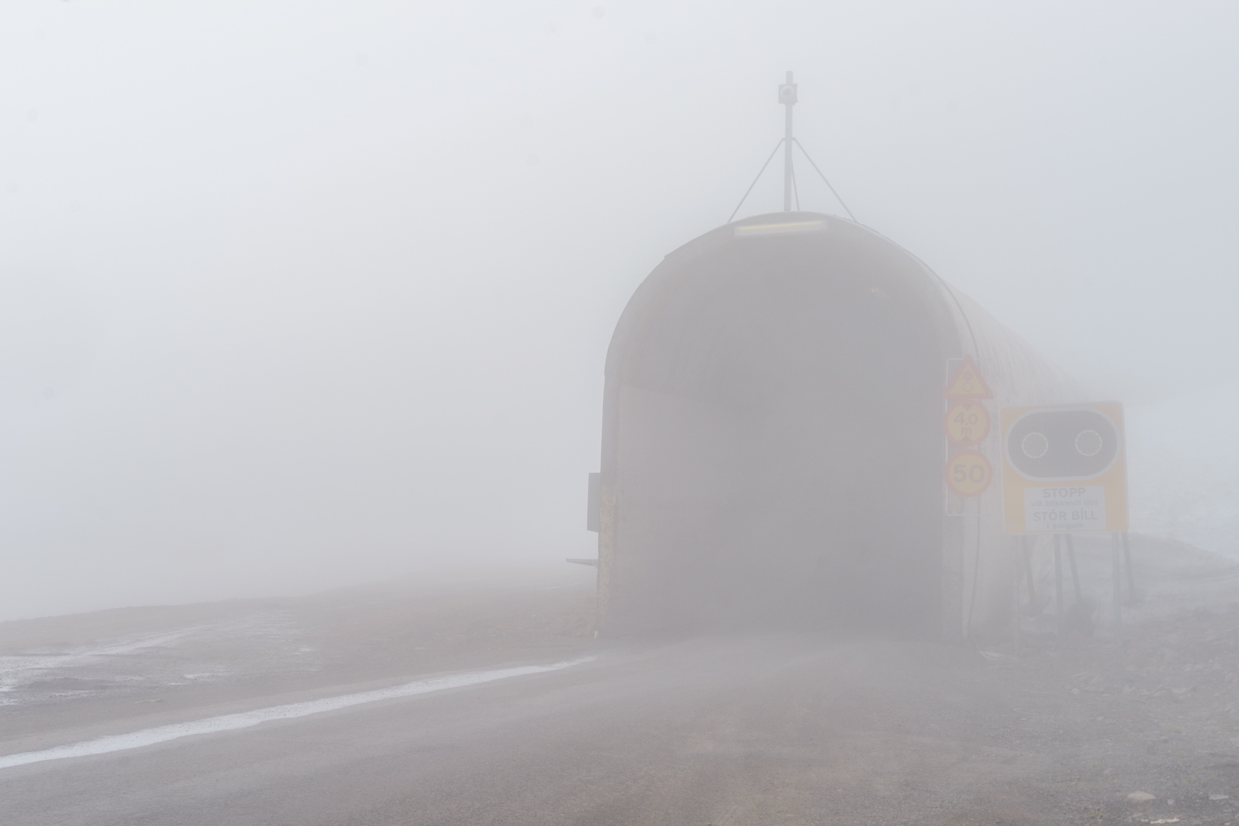 Unheimlich - Tunneleinfahrt im Nebel