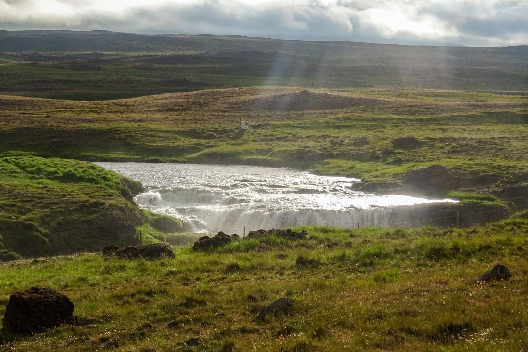 Der Wasserfall sorg für die Geräuschkulisse am Hot Pot