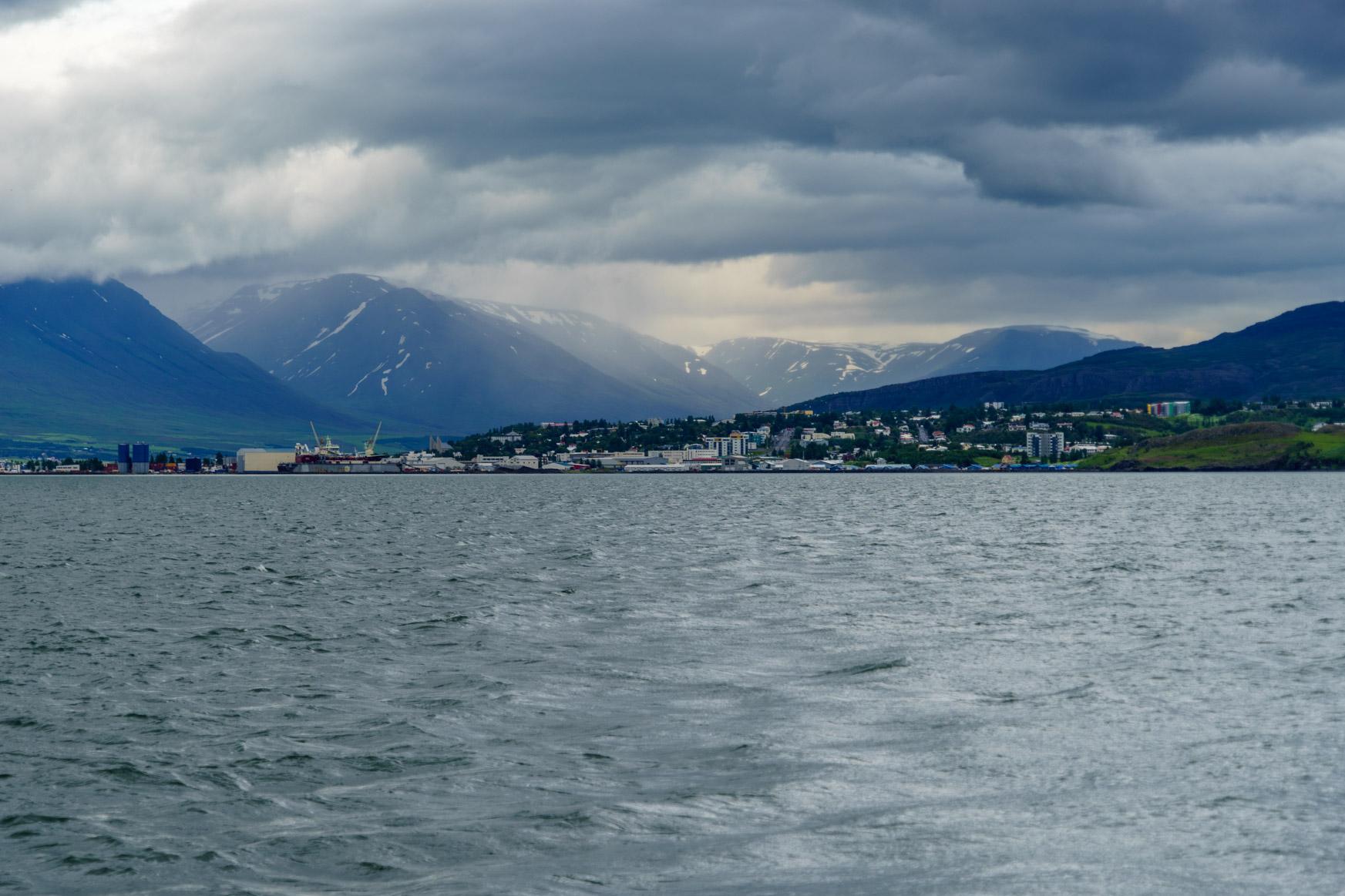Blick zurück auf Akureyri ...
