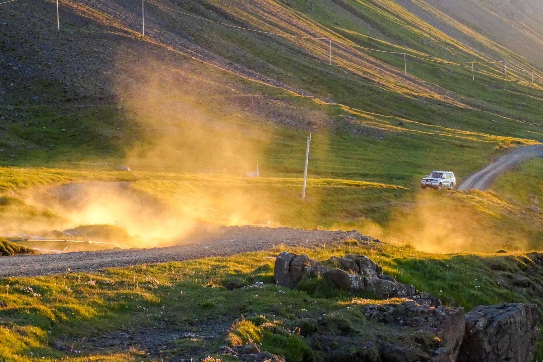 Dampf der Geothermalquellen in der Mitternachtssonne