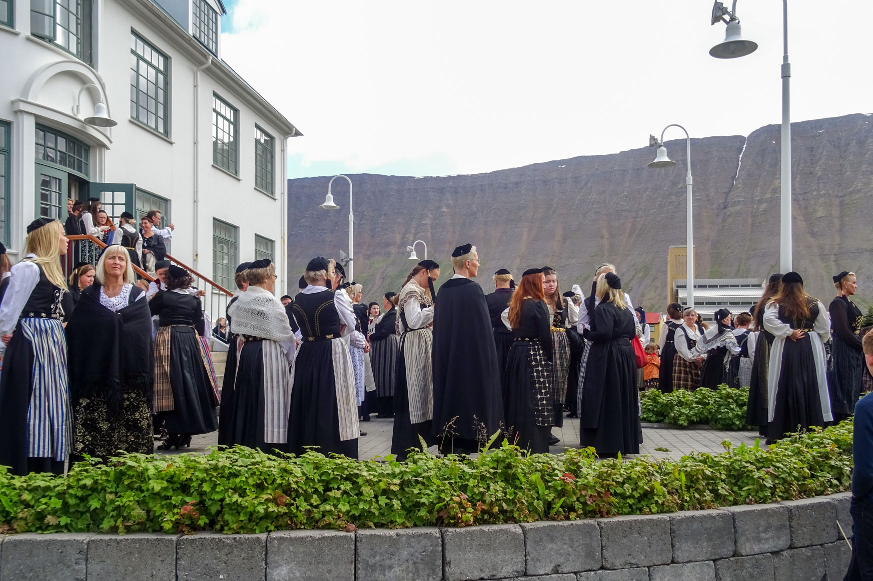 Isländerinnen in traditioneller Tracht
