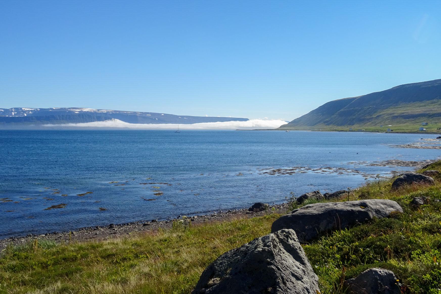 Nebel zieht in den Fjord - sieht aus wie wie Sahne