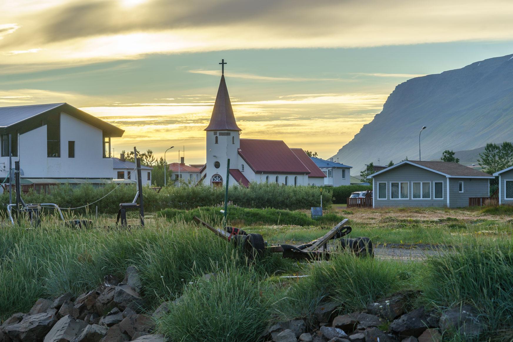 Die Kirche von Flateyri in der immer noch scheinenden Mitternachtssonne