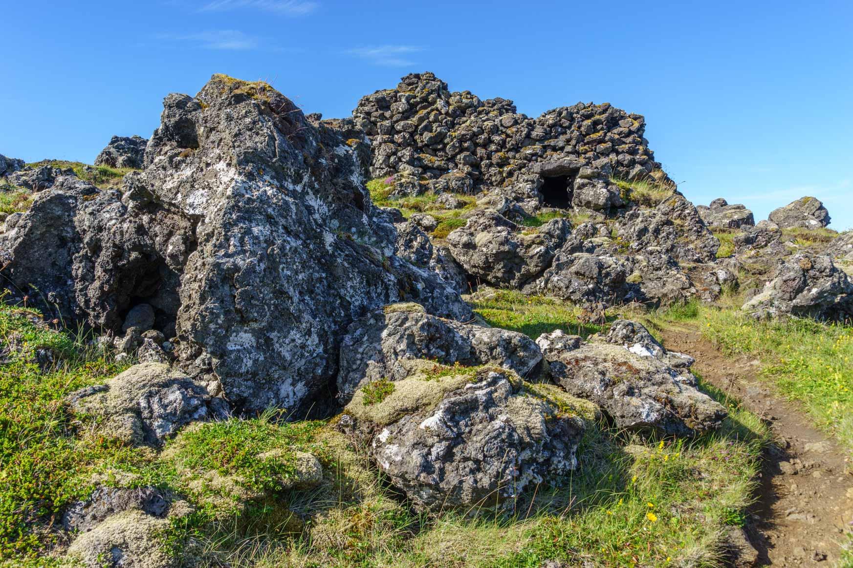 Reste von Trockenhütten im Lavafeld