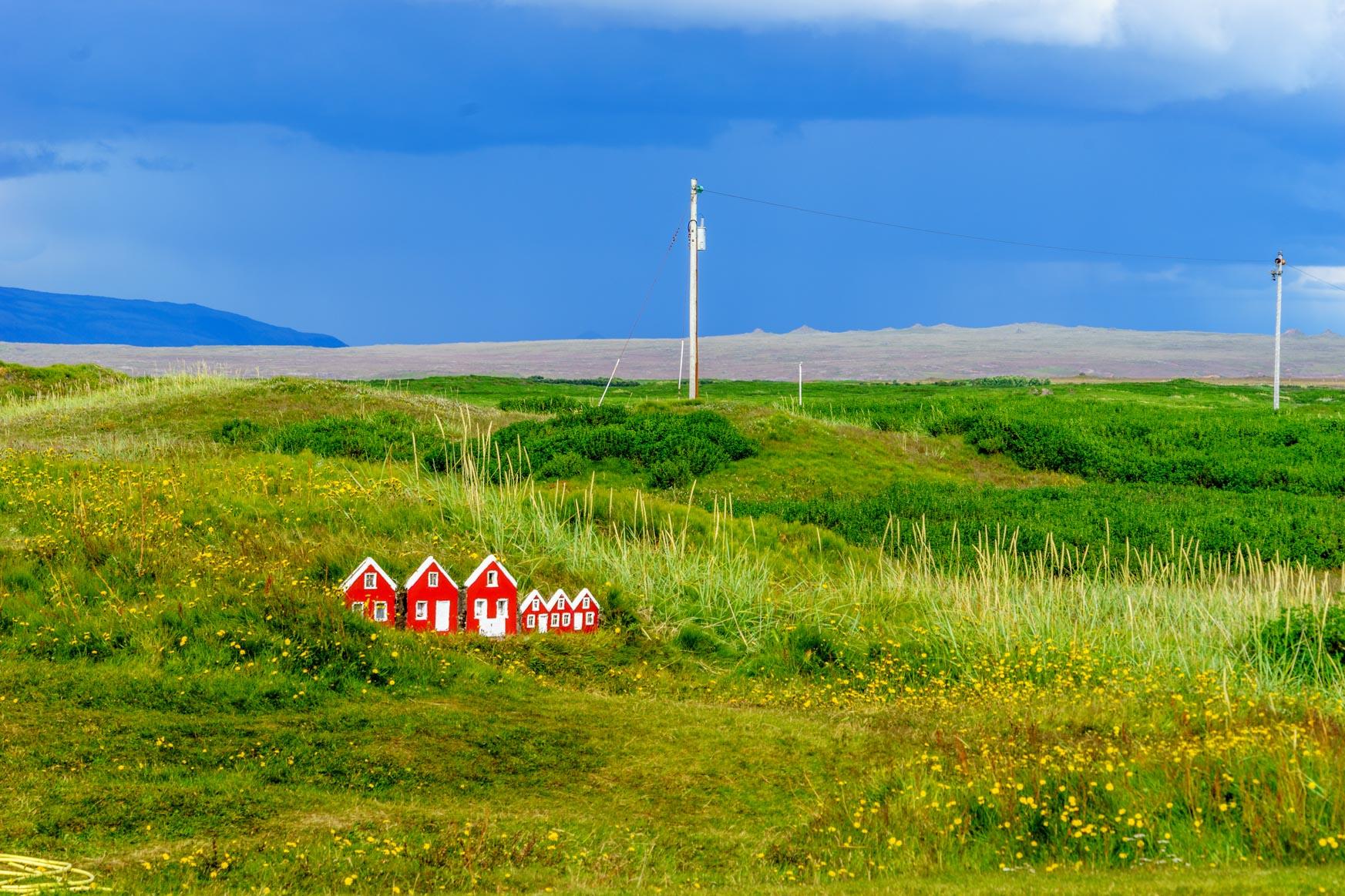 Miniatur-Grassoden-Häuser bei der Strandkirkja