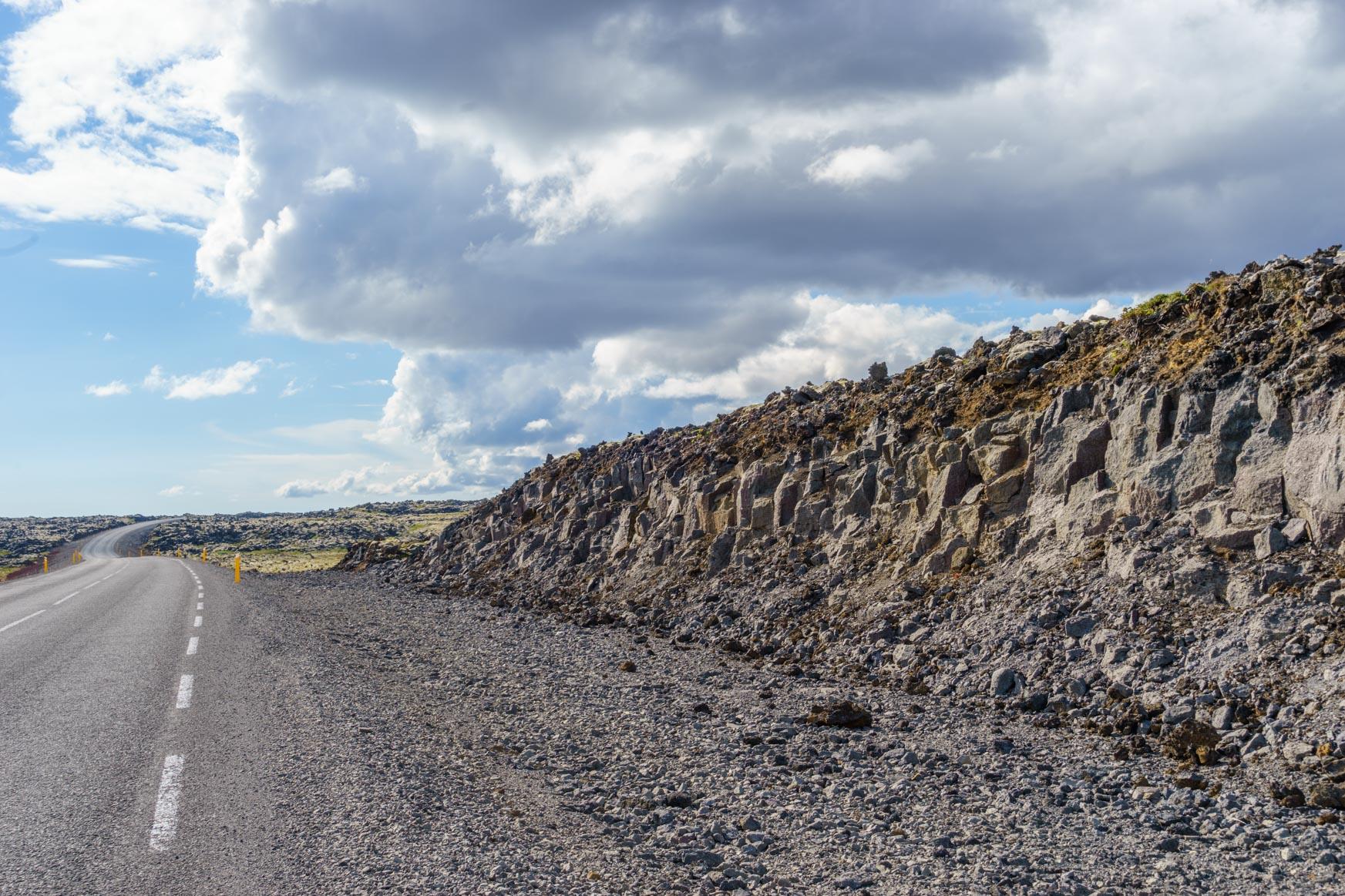 Die Straße ist in die Lava gefräst