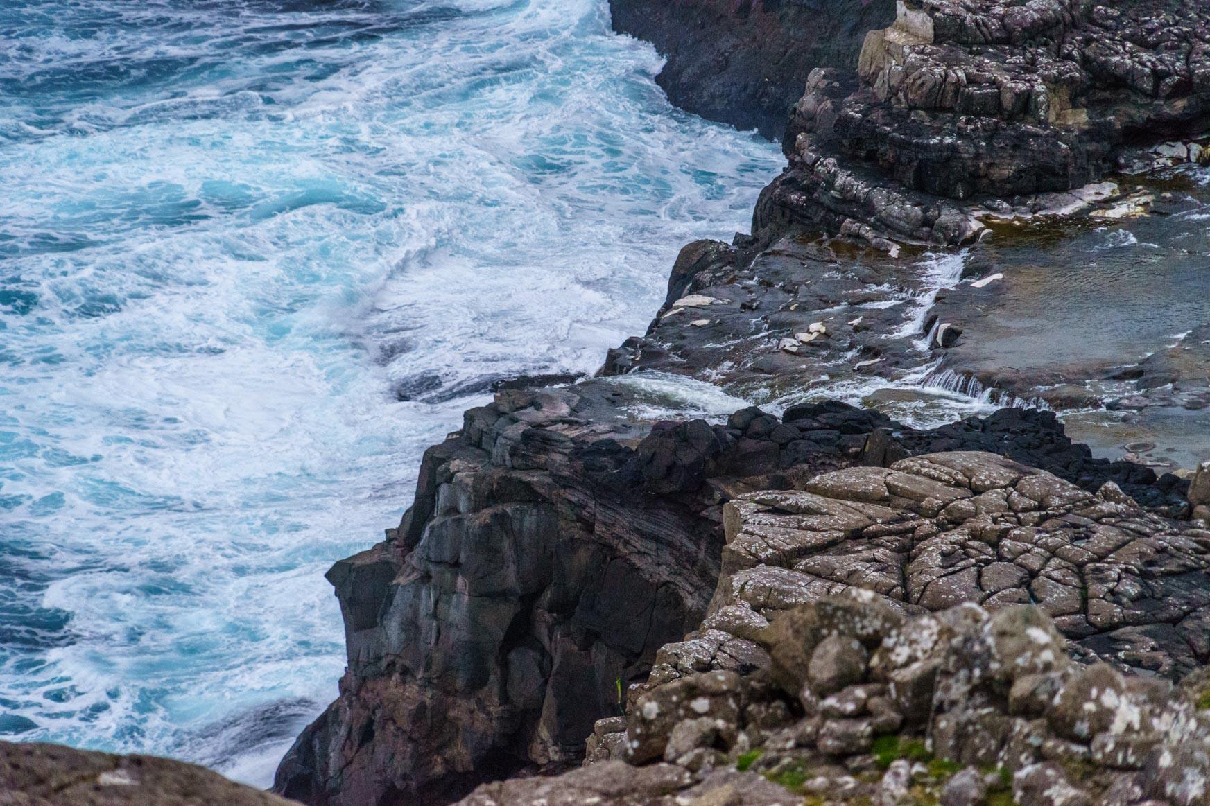 Kaum zu erkennen - aber hier stürzt der Wasserfall in den Atlantik