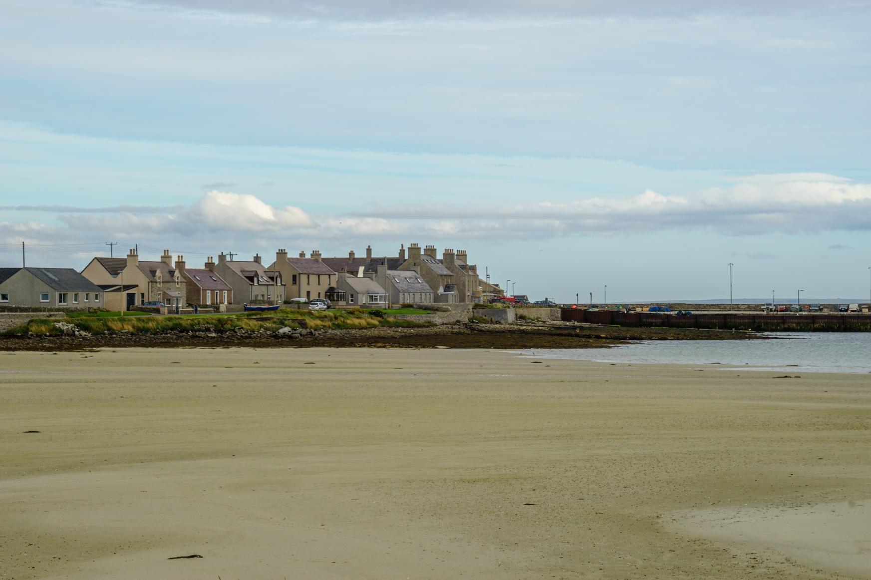 Pierowall mit den typisch schottisch-grauen Häusern