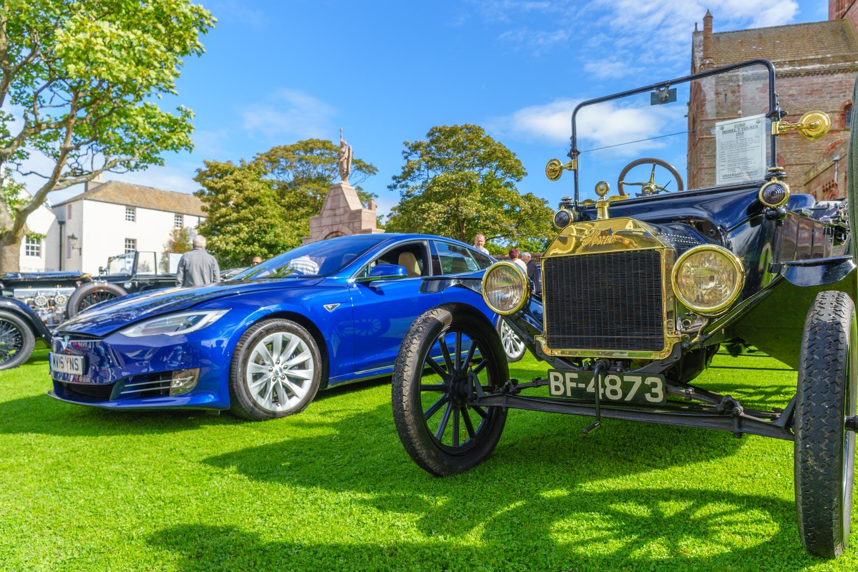 Tesla S 2016 und Ford T 1915